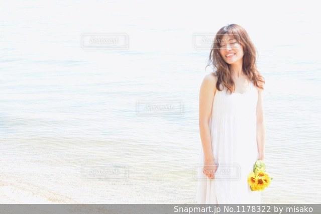 水の体の横に立っている女性の写真・画像素材[1178322]
