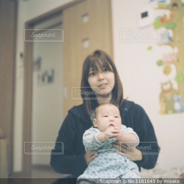 赤ん坊を抱える女性の写真・画像素材[1181645]