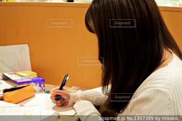テーブルに座っている女性の写真・画像素材[1307389]