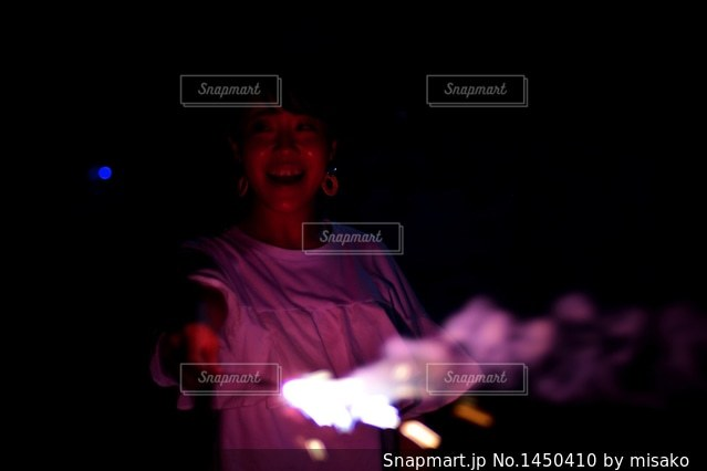 暗い部屋に立っている男の写真・画像素材[1450410]