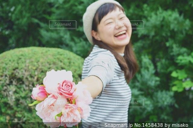 花を持っている人の写真・画像素材[1458438]
