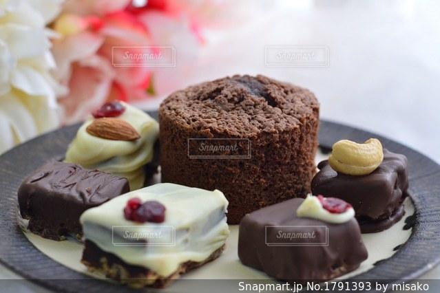 皿にチョコレート ケーキの写真・画像素材[1791393]