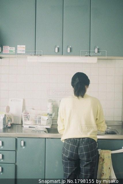 キッチンに立っている人の写真・画像素材[1798155]