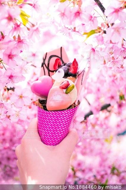 花を持っている人の写真・画像素材[1884460]