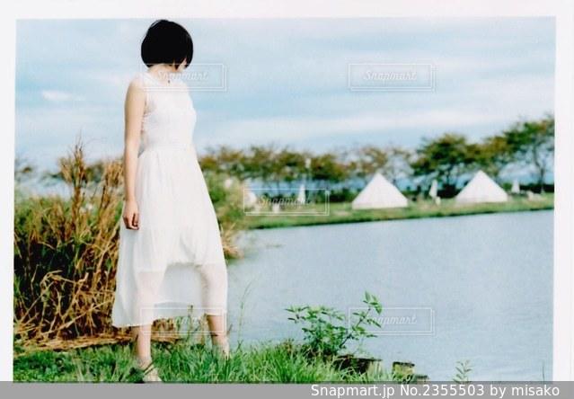 水域の前に立つ男の写真・画像素材[2355503]