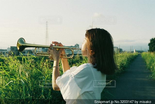 草の中に立っている人の写真・画像素材[3203147]