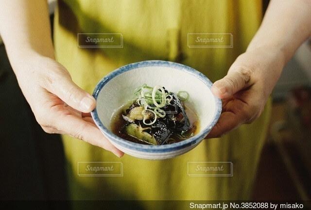 食べ物のボウルを持っている人の写真・画像素材[3852088]