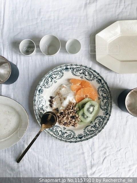 テーブルの上に食べ物のプレートの写真・画像素材[1157910]
