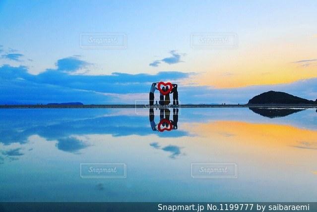 水の中に沈む夕日の写真・画像素材[1199777]