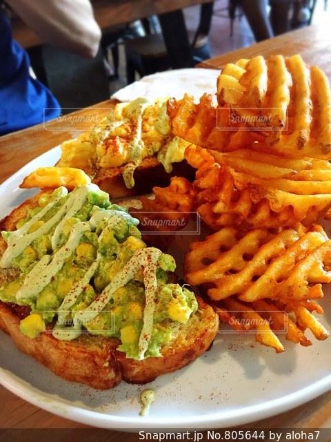 サンドイッチ、フライド ポテト、テーブルの上に食べ物のプレートの写真・画像素材[805644]