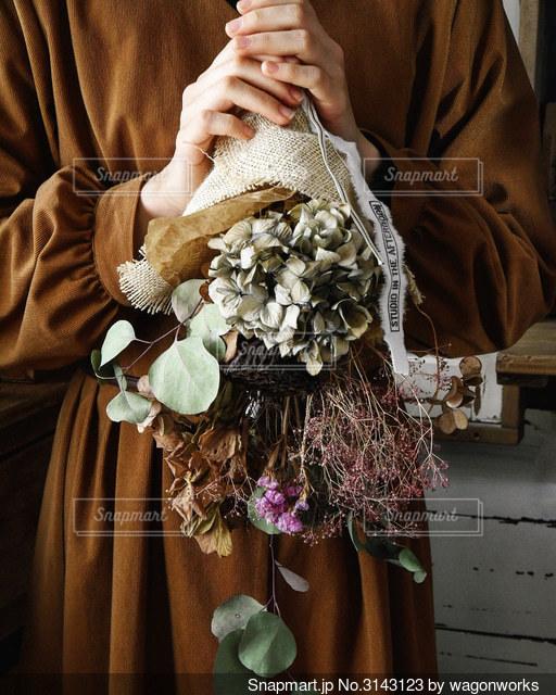 ドライフラワーの花束を持っている女性の写真・画像素材[3143123]