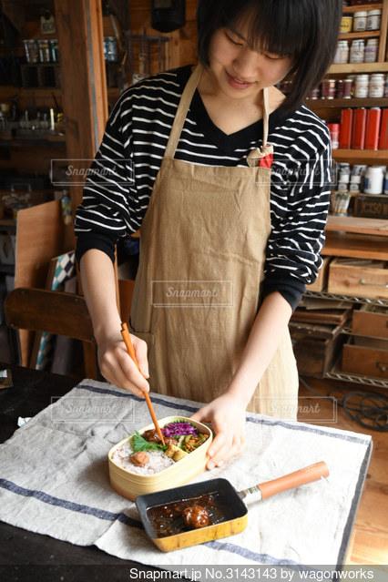 お弁当を作っているシーンの写真・画像素材[3143143]