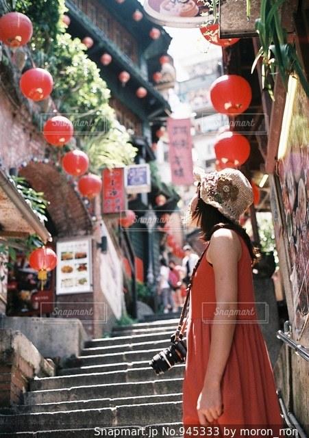 通りを歩く女性の写真・画像素材[945333]