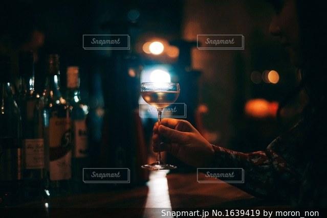 ワインのグラスを持って男は、の写真・画像素材[1639419]