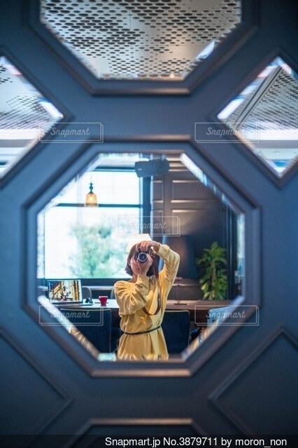 窓の前に立っている人の写真・画像素材[3879711]