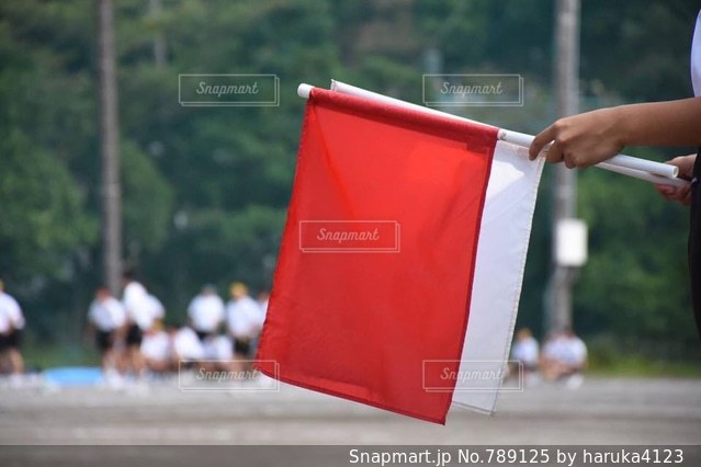赤い傘を持っている手の写真・画像素材[789125]