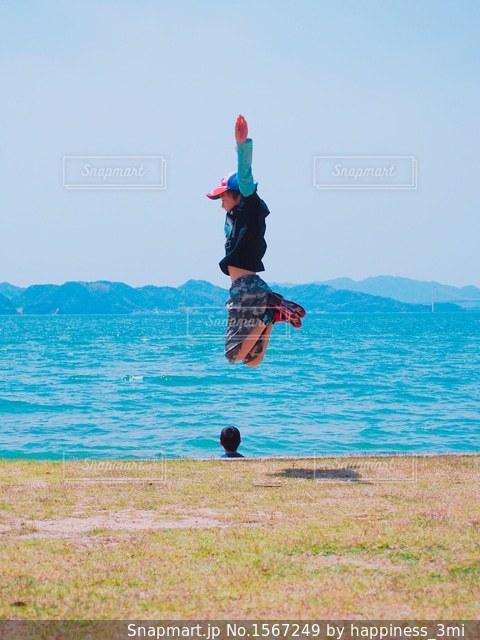 青い空にポジティブジャンプ!の写真・画像素材[1567249]