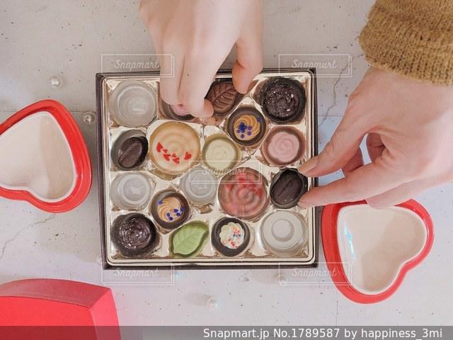 沢山のかわいいチョコを親子で食べるの写真・画像素材[1789587]