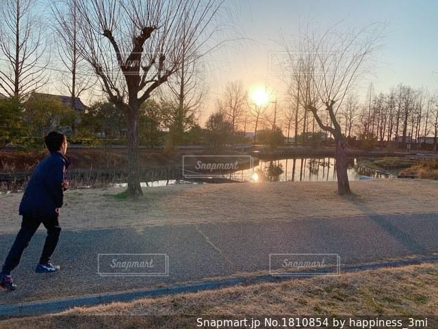 公園のランニングコースをダッシュする少年の写真・画像素材[1810854]