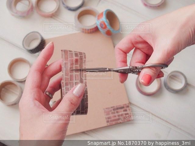 レトロなハサミでマステを切るの写真・画像素材[1870370]