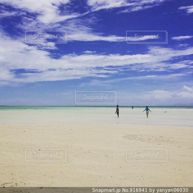 海の真ん中に浮かぶ砂浜の写真・画像素材[916941]