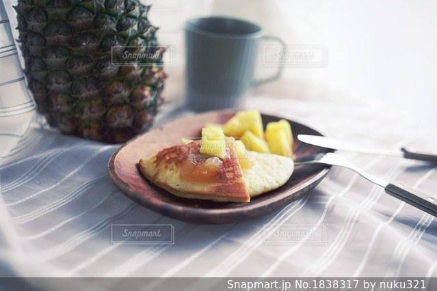 テーブルの上に食べ物のプレートの写真・画像素材[1838317]