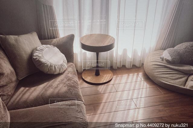 ソファと椅子のある部屋の写真・画像素材[4409272]