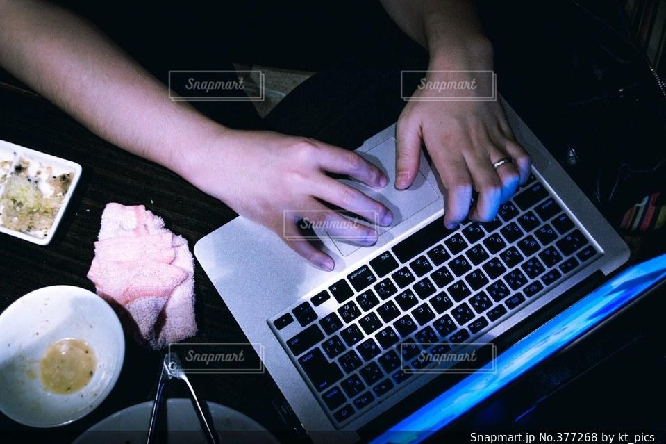 男性,夜,食事,黒,暗い,テーブル,パソコン,デジタル,ノートパソコン,勉強,俯瞰,ビジネス,雰囲気,キーボード,不安,徹夜,ノマド,IT,テクノロジー,不穏,怪しい,焼肉屋,セキュリティ,ノマドワーカー,最新,忙しい,現代,フリーランス,タイピング,ハッキング,一夜漬け,リモートワーク,どこでも,アフィリエイター,ハッカー,調査,調べる,くぐる,ググる,google it,マルチタスク,多忙