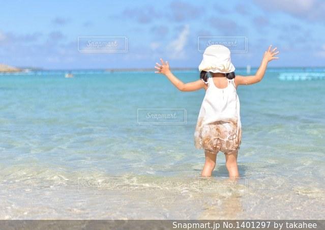 水の体の横に立っている人の写真・画像素材[1401297]