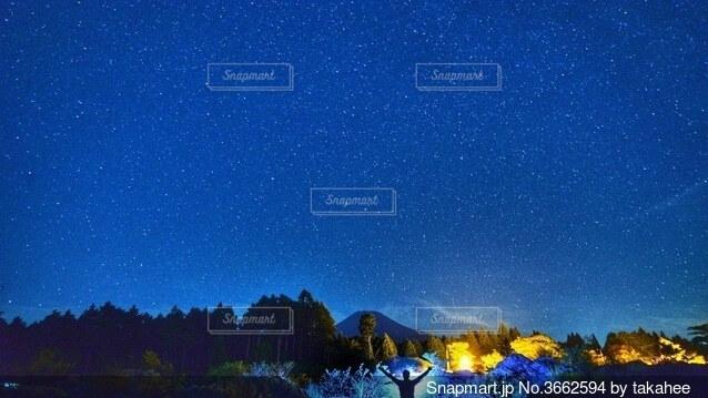 富士山と星空と私の写真・画像素材[3662594]