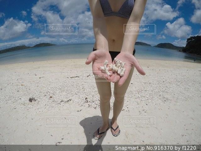 ビーチに立っている人の写真・画像素材[916370]