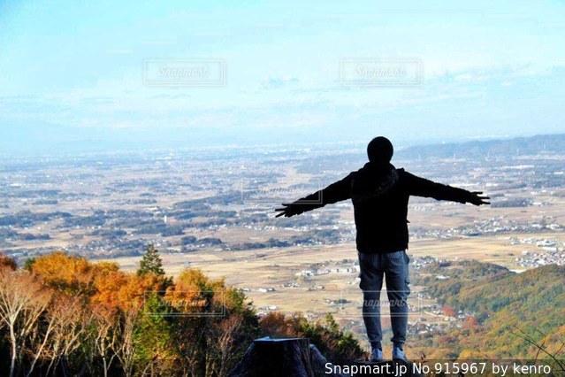 山の前に立っている男 - No.915967