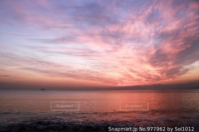 水の体に沈む夕日の写真・画像素材[977962]