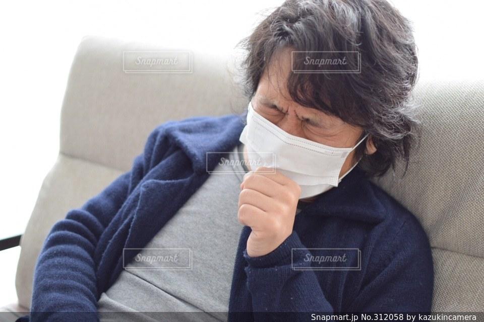 風邪をひいた男性の写真・画像素材[312058]