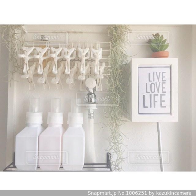 テーブルの上に白い花瓶の写真・画像素材[1006251]
