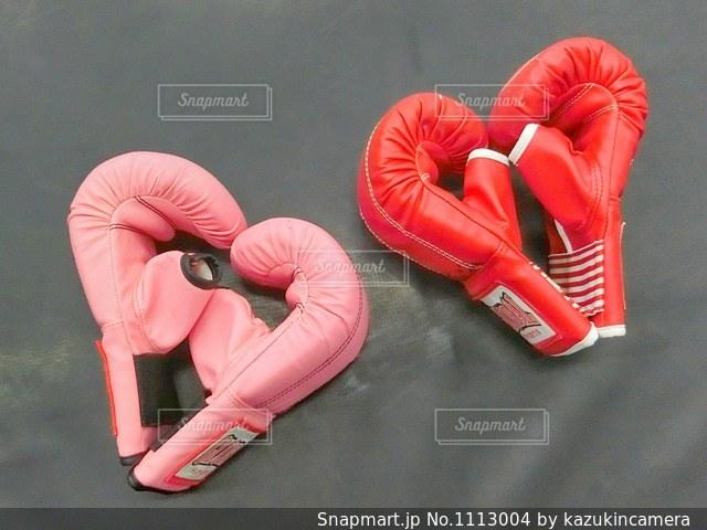 キックボクシングのピンクやレッドのグローブの写真・画像素材[1113004]