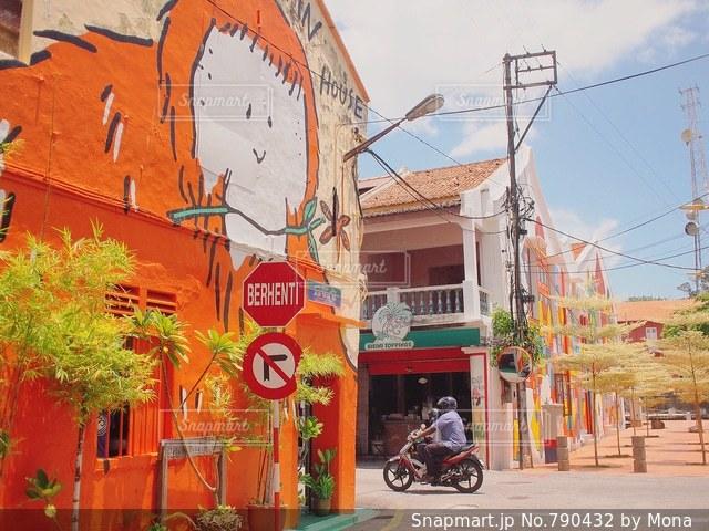 建物の側に駐車したバイクの写真・画像素材[790432]