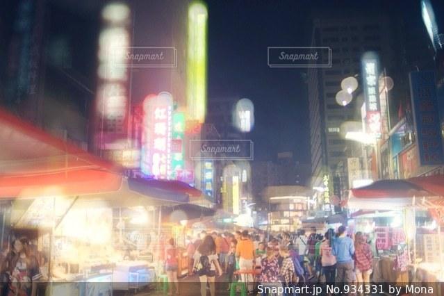 忙しい街の通りを歩いて人々 のグループの写真・画像素材[934331]