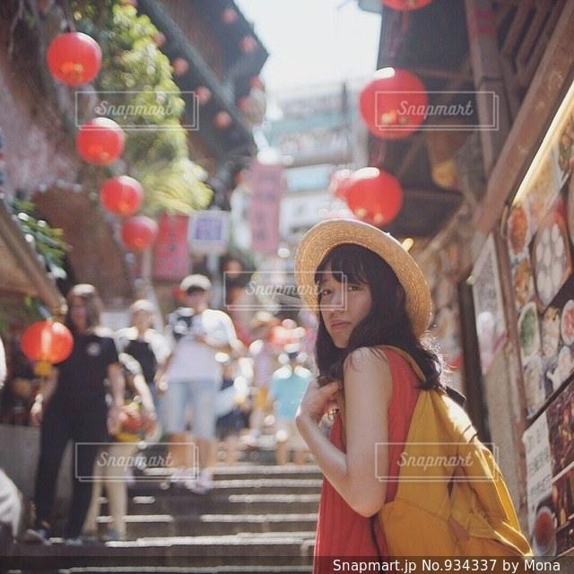 通りを歩く女性の写真・画像素材[934337]