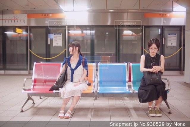 ベンチに座っている女性の写真・画像素材[938529]
