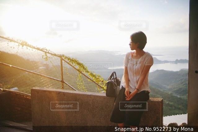 橋の前に立っている男の写真・画像素材[952273]