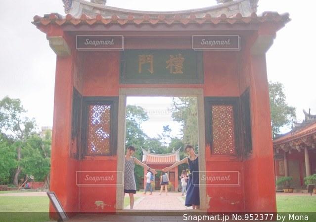 大きな赤いレンガの建物の写真・画像素材[952377]