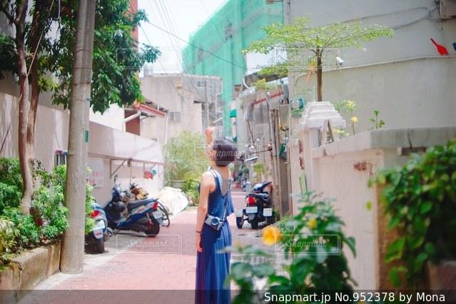 歩道に立っている人の写真・画像素材[952378]