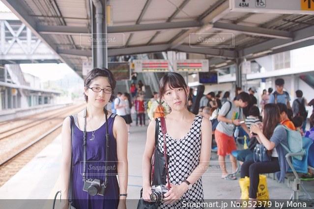 駅に立っている人のグループの写真・画像素材[952379]