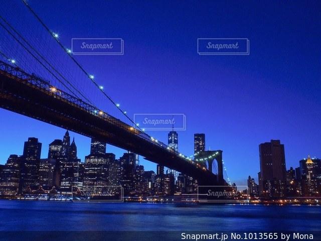 夜のブルックリンブリッジの写真・画像素材[1013565]