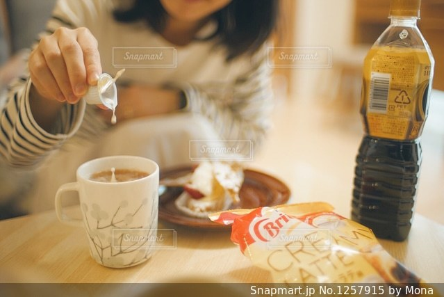 一杯のコーヒーと女性の写真・画像素材[1257915]