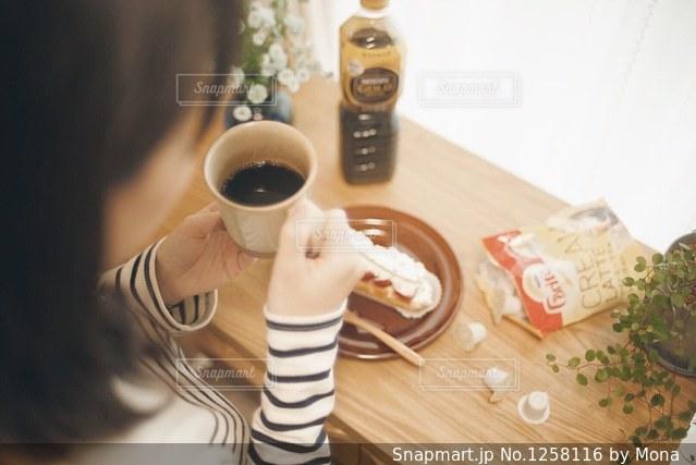 おうちカフェとくつろぐ女性の写真・画像素材[1258116]