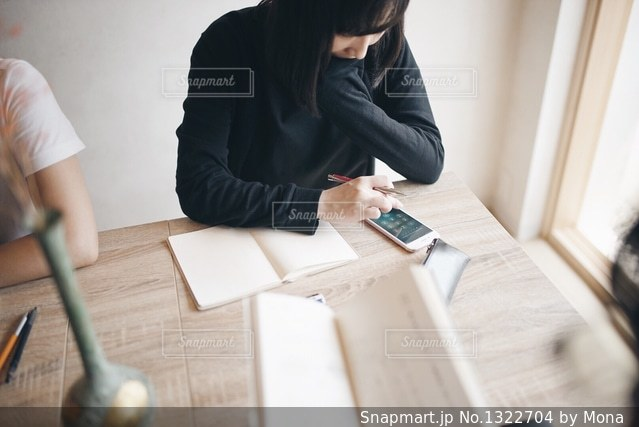 テーブルに座っている人の写真・画像素材[1322704]