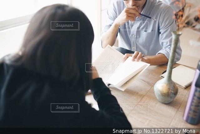 机に座って女と男の写真・画像素材[1322721]