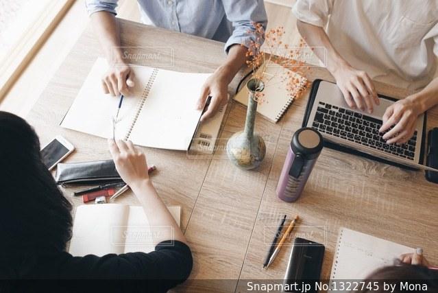 ノート パソコンを見ている人々 のグループの写真・画像素材[1322745]